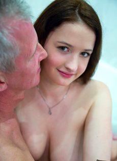 Молоденькой сучке удалось раскрутить на секс состоятельного старика - фото #4