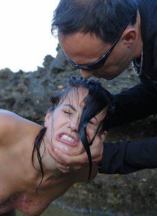 Мужчина жестко обращается с молоденькой обнаженной девушкой - фото #12