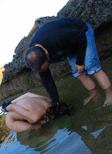 Мужчина жестко обращается с молоденькой обнаженной девушкой - фото #14