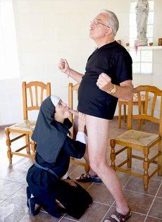 Обворожительная монахиня насаживается выбритой дыркой на член старика - фото #4