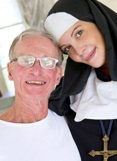 Обворожительная монахиня насаживается выбритой дыркой на член старика - фото #6