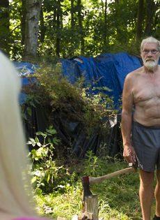 Старику повезло трахнуться с молоденькими блондинками на природе - фото #1