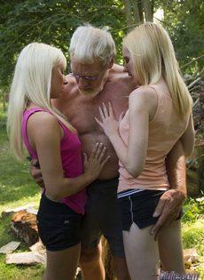 Старику повезло трахнуться с молоденькими блондинками на природе - фото #2
