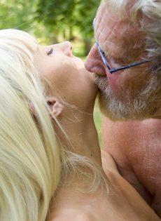 Старику повезло трахнуться с молоденькими блондинками на природе - фото #5