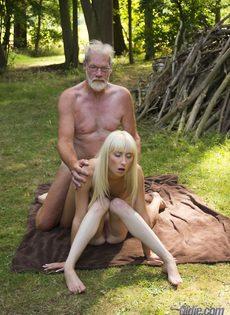 Старику повезло трахнуться с молоденькими блондинками на природе - фото #12