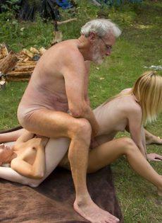 Старику повезло трахнуться с молоденькими блондинками на природе - фото #14