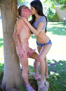 Длинноногая брюнетка трахается с худощавым стариком на природе - фото #6