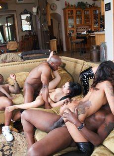 Групповой секс откровенных девушек с темнокожими мужиками - фото #13