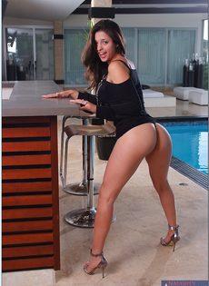 Сексуальная латиноамериканская девушка хвастается шикарной грудью - фото #4