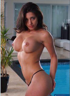 Сексуальная латиноамериканская девушка хвастается шикарной грудью - фото #8