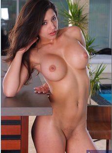 Сексуальная латиноамериканская девушка хвастается шикарной грудью - фото #16