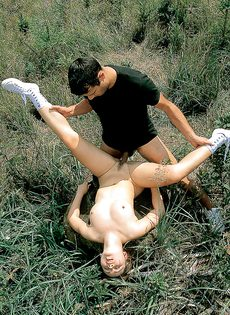 Деваха расставляет ноги и получает член в мохнатую киску на природе - фото #12