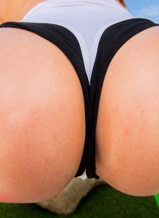 Крепкий мужик засовывает пенис в аппетитную задницу красотки - фото #8