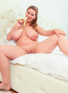 Обнаженная пышногрудая девушка сексуально ест банан - фото #11