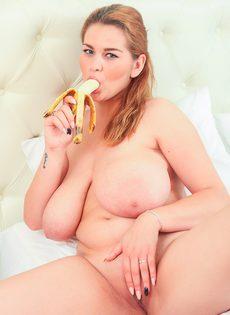 Обнаженная пышногрудая девушка сексуально ест банан - фото #14