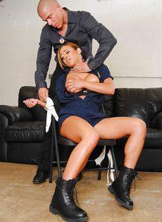 Сексуальная азиатка в полицейской форме трахнулась с преступником - фото #5