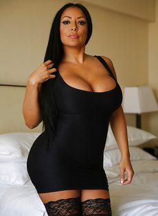 Эффектная и элегантная мамка в коротком платье и в черных чулках - фото #1