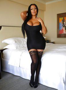 Эффектная и элегантная мамка в коротком платье и в черных чулках - фото #2