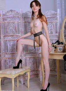 Худенькая тёлка сидит на стуле и демонстрирует вагину - фото #10