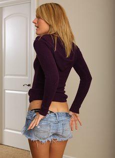 Улыбчивая блондинка трогает вагинальную дырку и возбуждается - фото #3