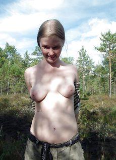 Обнаженная потаскушка позирует на природе с улыбкой на лице - фото #3