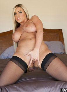 Порно звезда с аппетитными формами мастурбирует дырки пальцами - фото #13