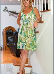 Гибкая старушка в очках привлекает к себе внимание - фото #1