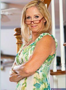 Гибкая старушка в очках привлекает к себе внимание - фото #2