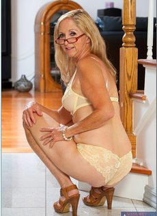Гибкая старушка в очках привлекает к себе внимание - фото #6