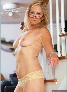 Гибкая старушка в очках привлекает к себе внимание - фото #9