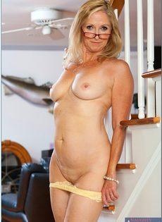 Гибкая старушка в очках привлекает к себе внимание - фото #10
