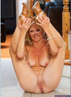 Гибкая старушка в очках привлекает к себе внимание - фото #14