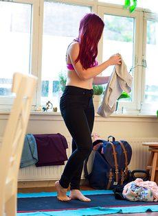 Фигуристая рыжеволосая девушка с упругой попкой - фото #14
