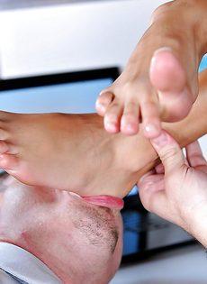 Эффектная брюнетка в очках дрочит ножками пенис сотрудника - фото #5