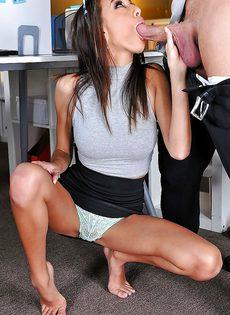 Эффектная брюнетка в очках дрочит ножками пенис сотрудника - фото #14
