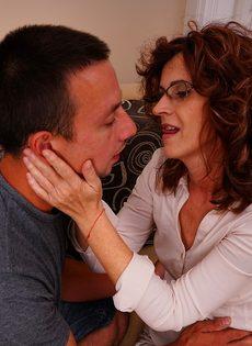 Парень поставил раком зрелую бабу и оприходовал во влагалище - фото #8