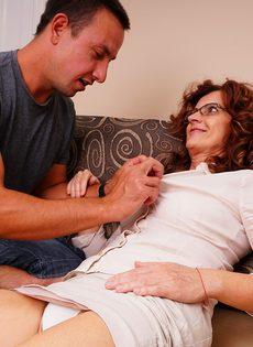 Парень поставил раком зрелую бабу и оприходовал во влагалище - фото #10