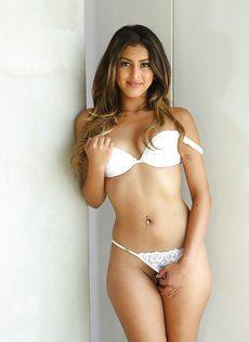Смазливая молодушка в сексуальном нижнем белье белого цвета - фото #9