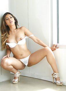 Смазливая молодушка в сексуальном нижнем белье белого цвета - фото #11