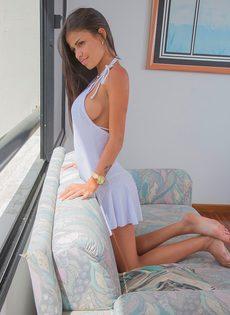 Сексапильная брюнетка со стройным телом хочет помастурбировать киску - фото #1