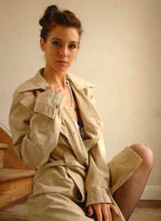 Разделась догола и сексуально попозировала на ступеньках - фото #4