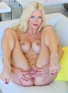 Блондинка в возрасте демонстрирует разработанную анальную дырку - фото #2
