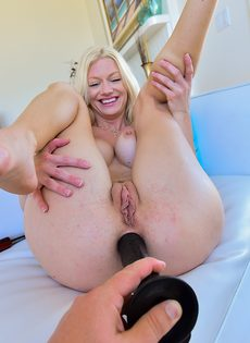 Блондинка в возрасте демонстрирует разработанную анальную дырку - фото #5