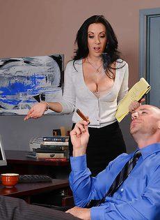 Лысый начальник вылизывает промежность сексуальной помощницы - фото #1