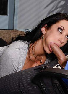 Лысый начальник вылизывает промежность сексуальной помощницы - фото #8
