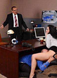 Лысый начальник вылизывает промежность сексуальной помощницы - фото #12