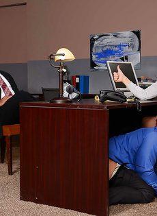 Лысый начальник вылизывает промежность сексуальной помощницы - фото #13