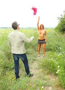 Парень и рыжая красавица ебутся на свежем воздухе - фото #3
