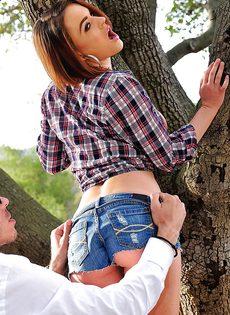 Паренек развлекается с попутчицей на свежем воздухе - фото #6