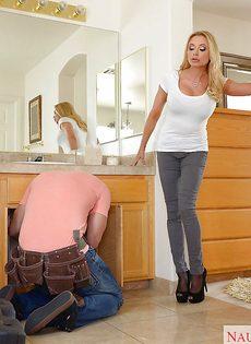 Без проблем раскрутила сантехника на горячее половое сношение - фото #2